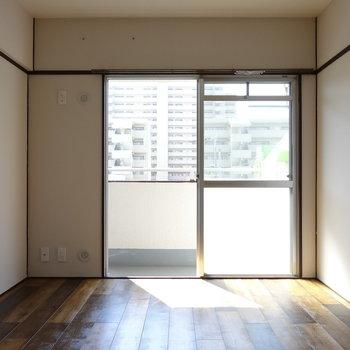 バルコニー側の洋室。明るい!日が射せば日中は電気をつけなくてよさそう!