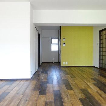 黄色のアクセントクロス元気出る♬大きめの食器棚も置けそう◎