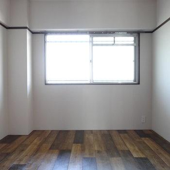 リビングから繋がる洋室。やわらかい光が射し込みます。