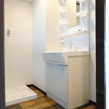 脱衣所に洗面台と洗濯機置き場。洗面台スッキリだから横にタオルの収納ボックスとかも置けそう♬