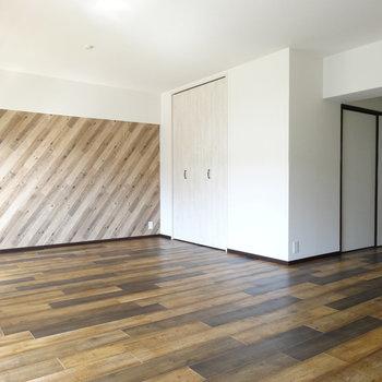 1つのお部屋はLDKに繋がっています。大きなソファー置ける広さ♬