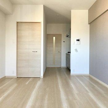 壁も床も穏やかな配色で日常生活の中にもメリハリが生まれそう。(※写真は同間取り13階のものです)