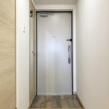 シューズボックスの扉に鏡が付いているから出発直前にも身だしなみチェックができる!(※写真は同間取り13階のものです)