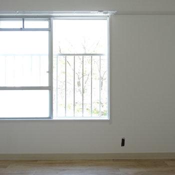 リビング向かい側の洋室。やわらかい光に落ち着きます。(※写真は工事前のものです)