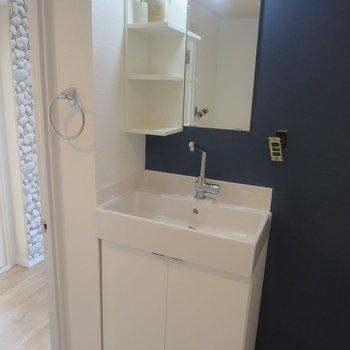 シンプルスタイリッシュな洗面台。(※写真は工事前のものです)