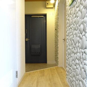 廊下のクロスは立体的な石壁!(※写真は工事前のものです)