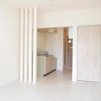 ホワイトの壁と、木の質感のあるカントリー調のお部屋がかわいい〜