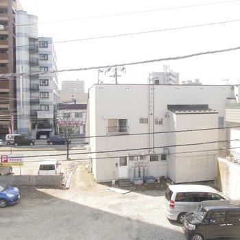 窓からの眺望です。前の通りは結構静か