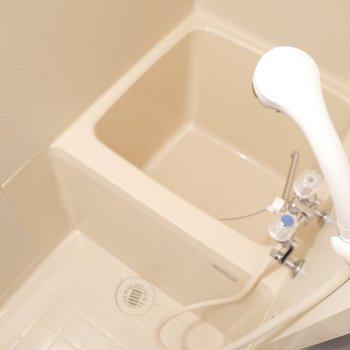 コンパクトな浴室できゅきゅっとまとめて洗えますね