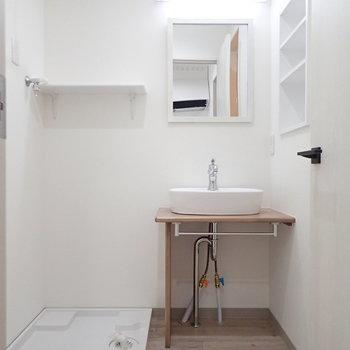 お次は脱衣所、洗濯機上の収納が嬉しいですね。