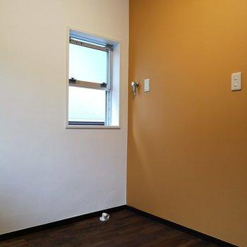 室内洗濯機置場はキッチンの背側に。※写真は2階の同間取り別部屋のものです