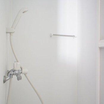 お風呂はシャワールーム。※写真は1階の反転間取り別部屋のものです