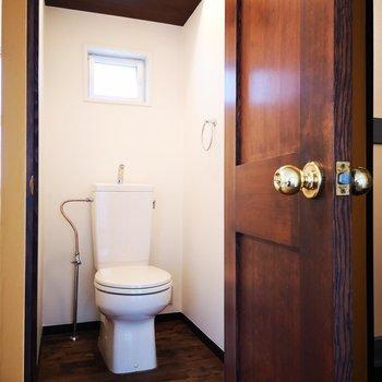 トイレは個室。ドアもウッディでgood※写真は2階の同間取り別部屋のものです