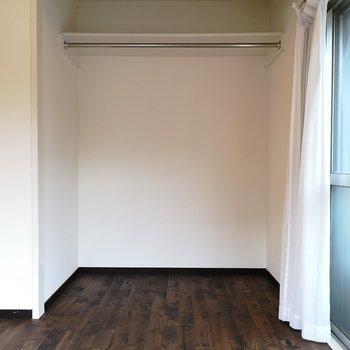 収納はオープン。開放感あっていいですね。※写真は2階の同間取り別部屋のものです