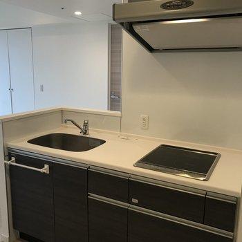 キッチンは広め。自炊もはかどります※写真は同間取り別部屋です