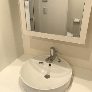 この鏡の裏もばっちり収納できます※写真は同間取り別部屋です