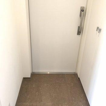 玄関は普通の大きさですが…※写真は同間取り別部屋です