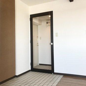 玄関からリビングへの扉は透明!というより、どこまでが玄関だ、、、?※写真は同間取り別部屋です