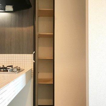 キッチン横に収納発見!食器や調理器具を収納しよう!※写真は同間取り別部屋です