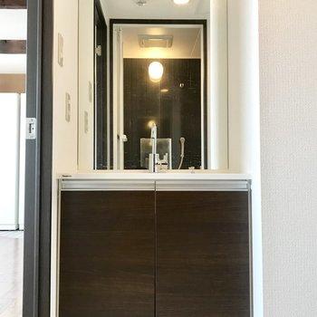 洗面台は鏡大きめ!毎日の身だしなみチェックにピッタリ☆※写真は同間取り別部屋です