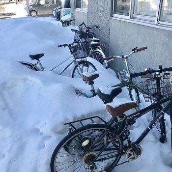 自転車置き場。雪に埋もれてしまうので、冬はカバーなどかけて工夫しましょう!