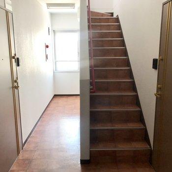 共用部はこちら。階段でお部屋へ。