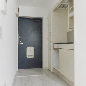キッチン周りはゆとりがあります※写真は通電前のものです
