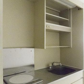 冷蔵庫はコンロの下に設置可能。※写真は通電前のものです
