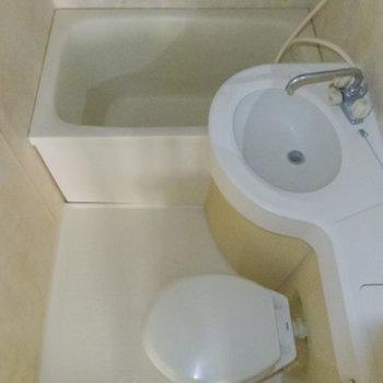 ホテルライクな浴室。※フラッシュを使用して撮影しています