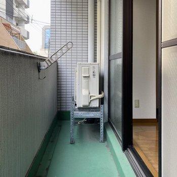 洗濯物は物干し竿を使ってこちらに。大きな窓のおかげで洗濯物もスイスイ!