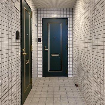オシャレな緑の玄関です。