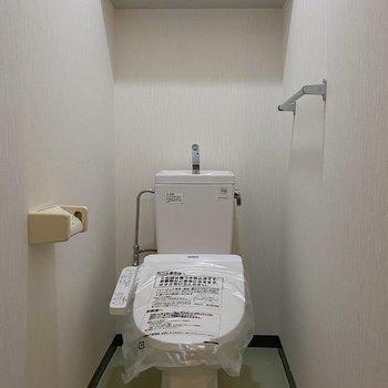 棚の付いたお手洗いはスッキリと片付けられそう!