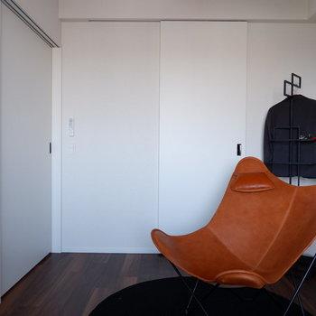 【6帖洋室】閉めていても圧迫感ないです。※家具はサンプルです