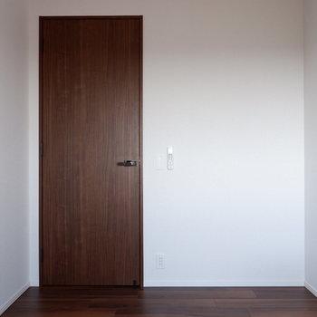 【4.5帖洋室】ブラウン扉が引き締まります。