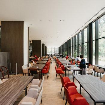 カフェは広々と開放的な雰囲気。
