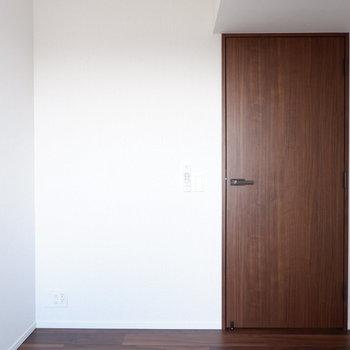 【4.8帖洋室】寝室にも良いですね。※家具はサンプルです