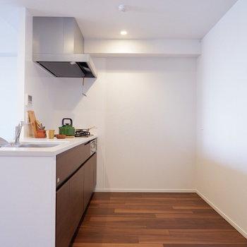 【LDK】調理スペースも十分に確保されています。※家具はサンプルです
