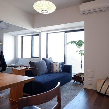 ブラウンの床でシックな雰囲気に。※家具はサンプルです