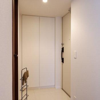 玄関はフラットになっています。※家具はサンプルです