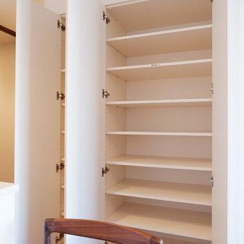 【LDK】キッチン横にもたっぷりの収納が。※家具はサンプルです