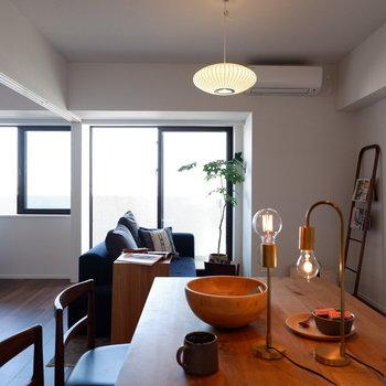 【LDK】ダイニングの方まで光が届きます。※家具はサンプルです