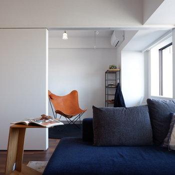【LDK】洋室の扉も明けておくと更に開放的に。※家具はサンプルです