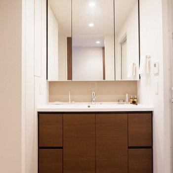 ホテルライクな大きな洗面台です。※家具はサンプルです