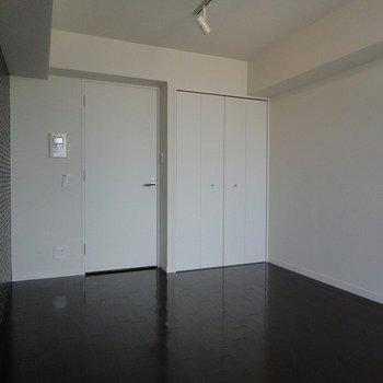 ダークブラウン×ホワイト ※写真は同階の同間取り別部屋のものです