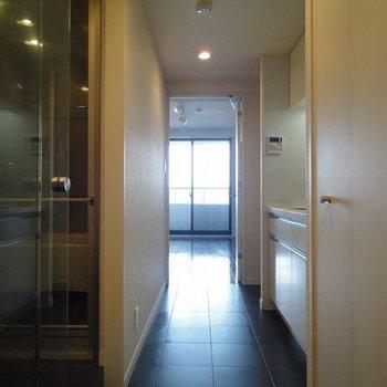 玄関を開けた時左手はトイレ※写真は同階の同間取り別部屋のものです