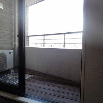 ウッドデッキのバルコニー ※写真は同階の同間取り別部屋のものです