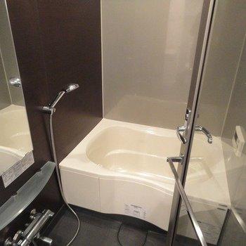 開放的なバスルーム ※写真は同階の同間取り別部屋のものです