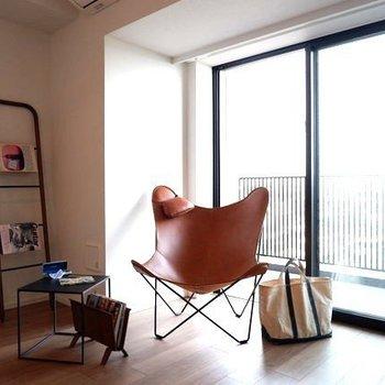 のんびり読書を楽しみながらコーヒーでも。※家具はサンプルです