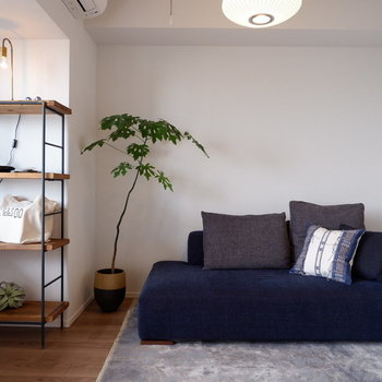 ベッドはネイビーなど濃いめの色で引き締めると◎※家具はサンプルです