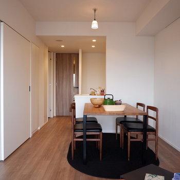 ダイニングとキッチンは会話のしやすい造りになっています。※家具はサンプルです